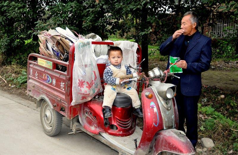 Pengzhou, China: Peuter en Grootvader stock foto's