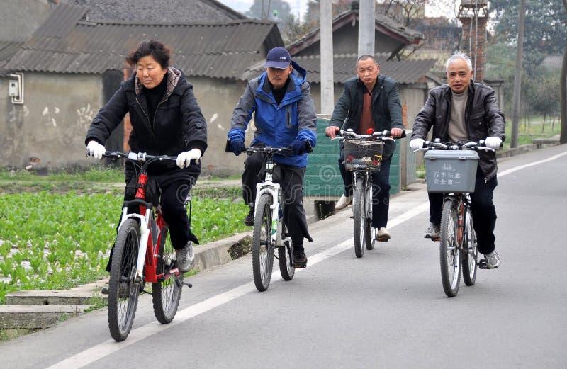 Pengzhou, China: Povo chinês Bicycling imagens de stock royalty free
