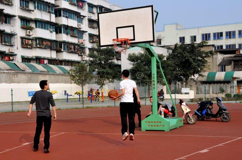 Pengzhou, China: Studenten die Hoepels ontspruiten royalty-vrije stock foto
