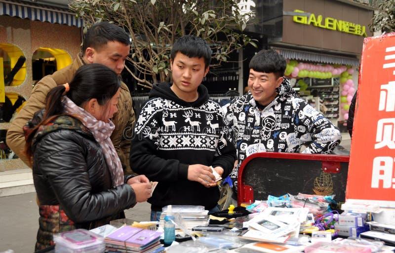 Pengzhou, China: Tienerjaren die Cellphone-Dekking verkopen royalty-vrije stock fotografie