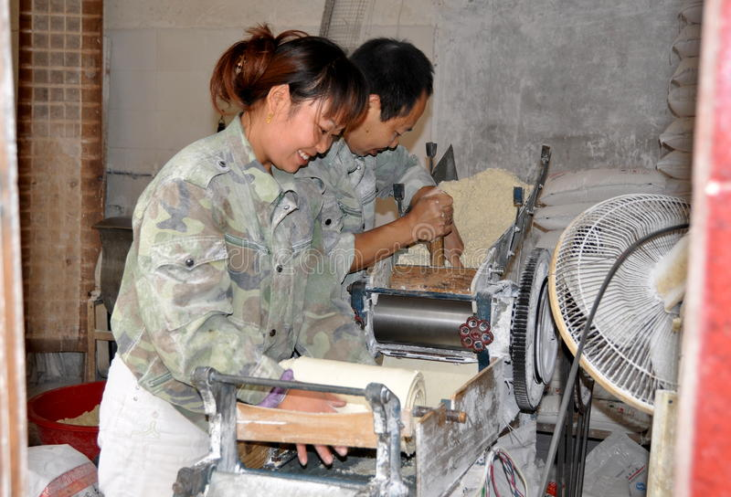Pengzhou, China: Trabalhadores que fazem a massa de pão do macarronete imagens de stock