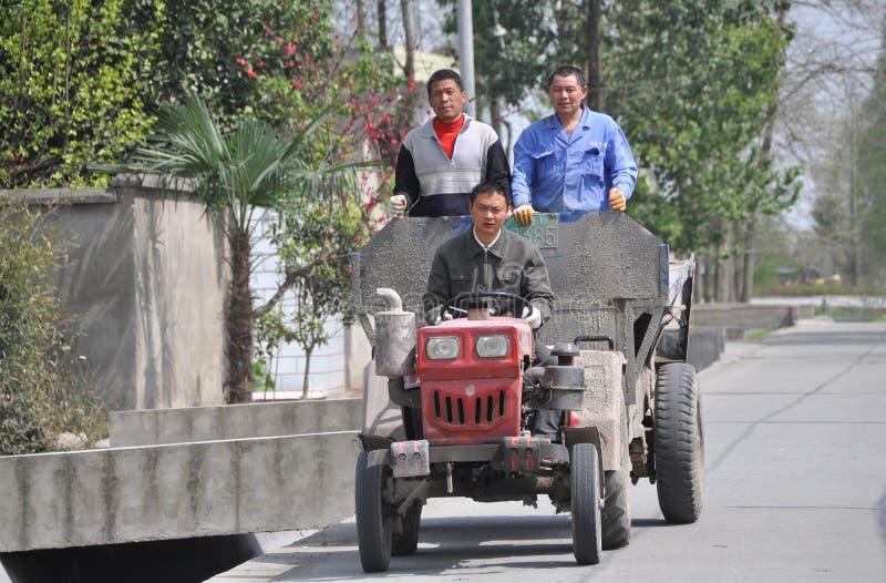 Pengzhou, China: Tres trabajadores que montan en carro fotografía de archivo