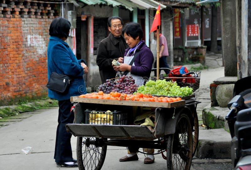 Pengzhou, China: Vendedor ambulante que vende frutas fotos de stock royalty free