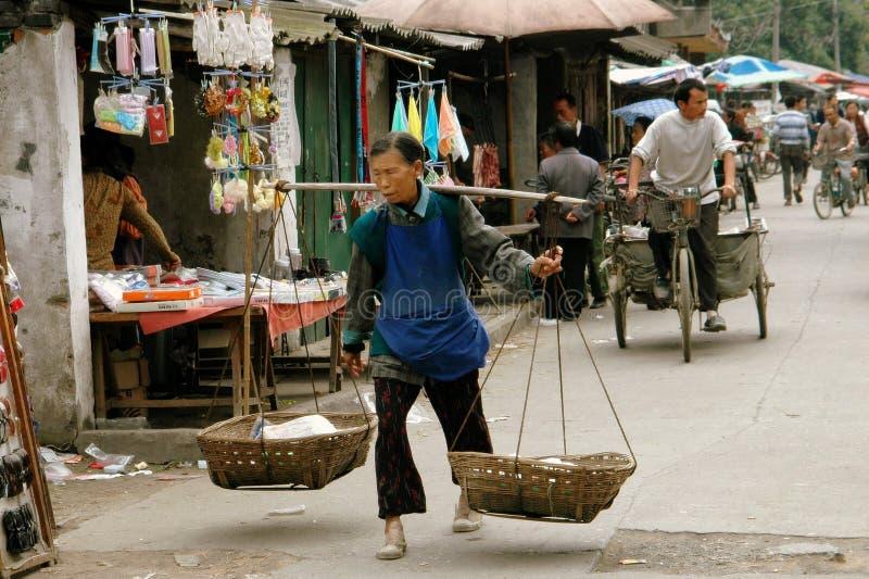 Pengzhou, China: Vendedor de rua da mulher fotografia de stock
