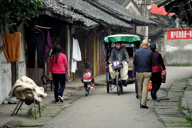 Pengzhou, China: Vista ao longo de Hua Lu fotos de stock