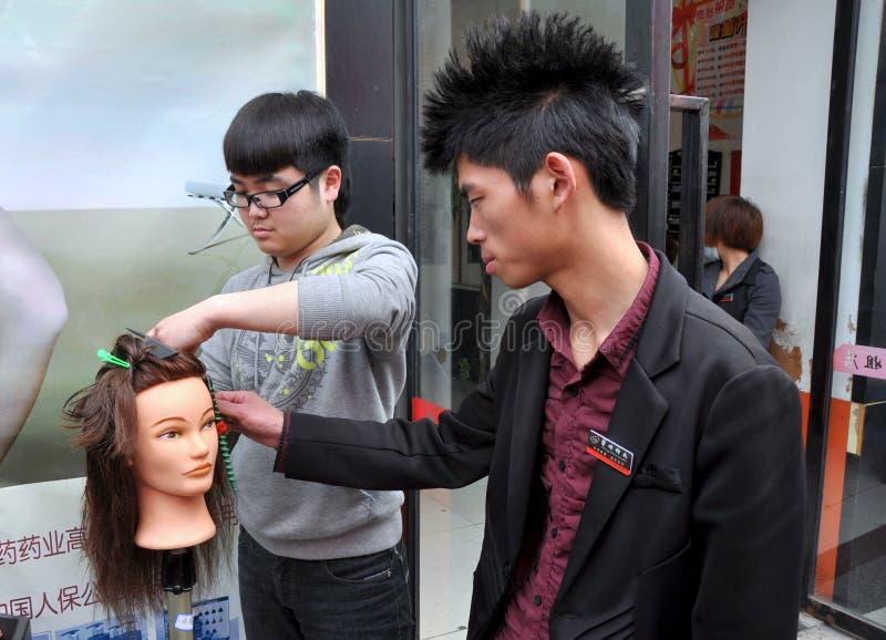 Pengzhou, Chine : Étudiant apprenant à couper le cheveu images stock