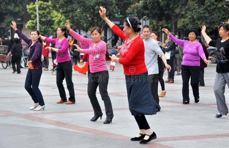 Pengzhou, Chine : Danse de gens dans le grand dos neuf photographie stock libre de droits