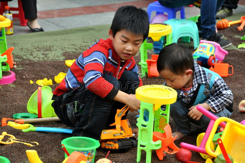 Pengzhou, Chine : Enfants à la pièce avec des jouets images stock