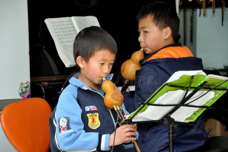 Pengzhou, Chine : Enfants avec les instruments musicaux images stock