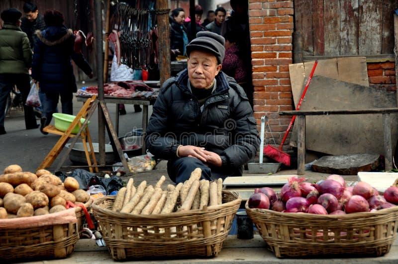 Pengzhou, Chine : Homme vendant le produit au marché image libre de droits