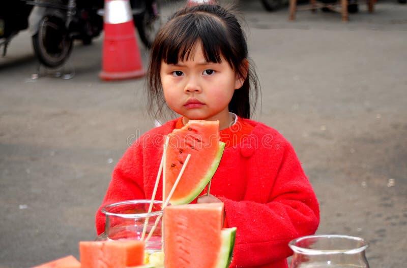 Pengzhou, Chine : Petite fille avec la pastèque images stock