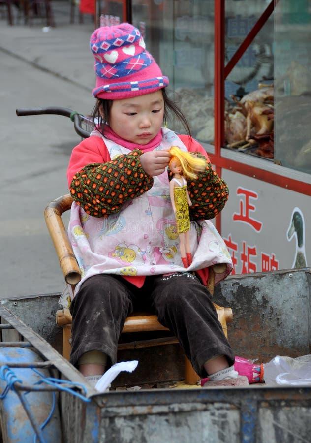 Pengzhou, Chine : Petite fille et poupée de Barbie photos libres de droits