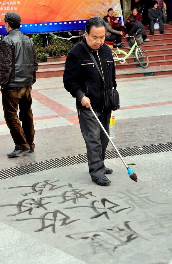Pengzhou, Chiny: Mężczyzna Writing chińczyka kaligrafia fotografia royalty free