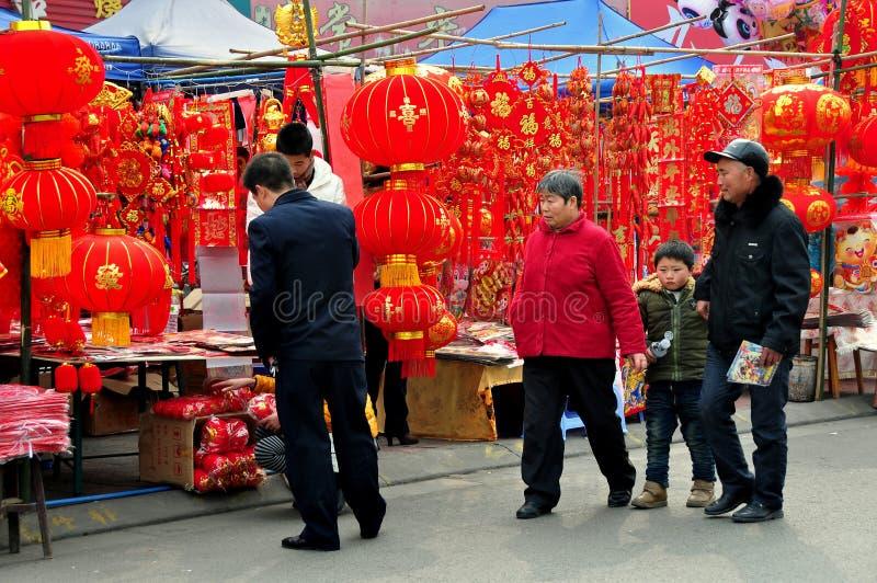 Pengzhou, Cina: Decorazioni cinesi dell'nuovo anno fotografia stock