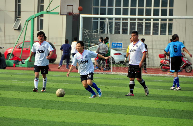 Pengzhou, Cina: Giocar a calcioe degli uomini fotografie stock libere da diritti