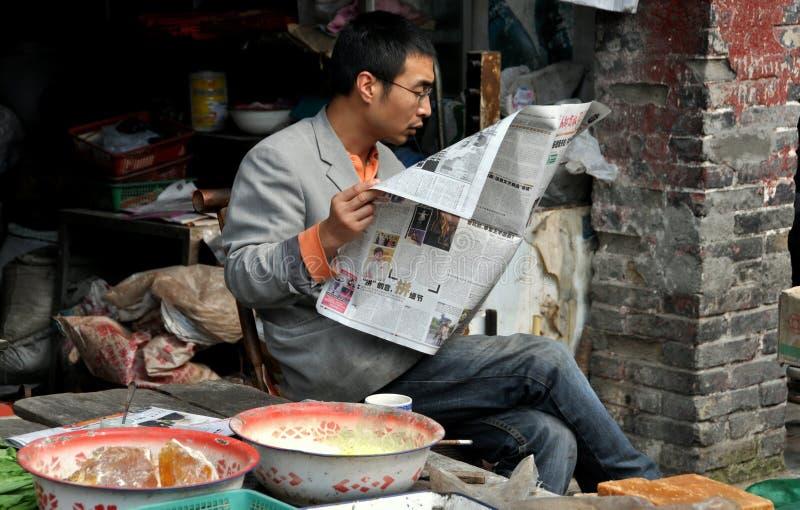 Pengzhou, Cina: Giornale della lettura dell'uomo fotografia stock libera da diritti