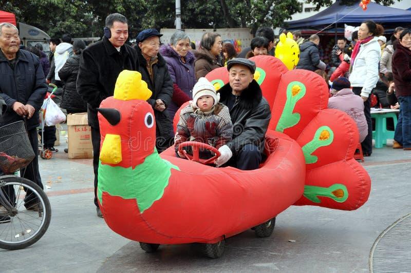 Pengzhou, Cina: Giro del pollo nel nuovo quadrato fotografia stock libera da diritti