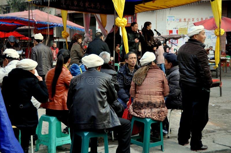 Pengzhou, Cina: Gruppo di persone nel dolore immagini stock libere da diritti