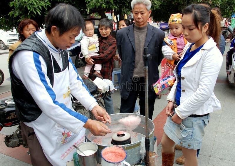 Pengzhou, Cina: Il fornitore produce la caramella di cotone immagine stock