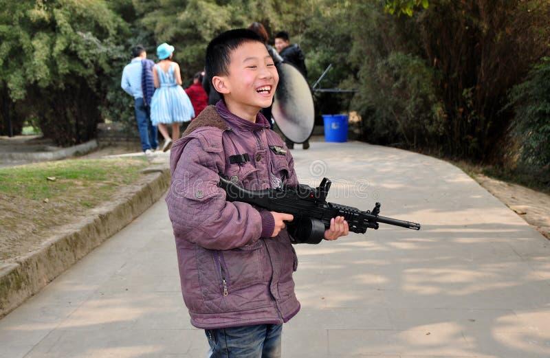 Pengzhou, Cina: Little Boy con la pistola del giocattolo fotografia stock libera da diritti