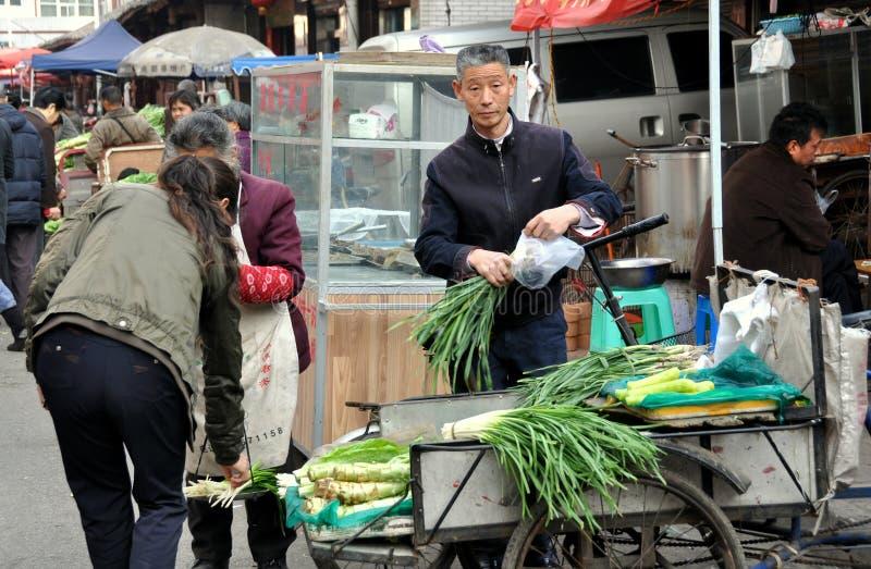 Pengzhou, Cina: Scallions di Sellig del coltivatore immagine stock