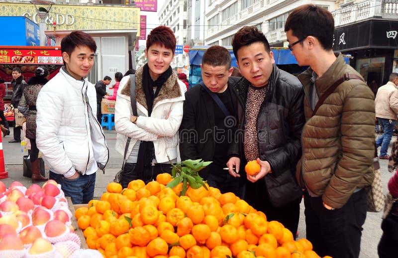 Pengzhou, Cina: Uomini che comprano le arance fresche fotografia stock libera da diritti