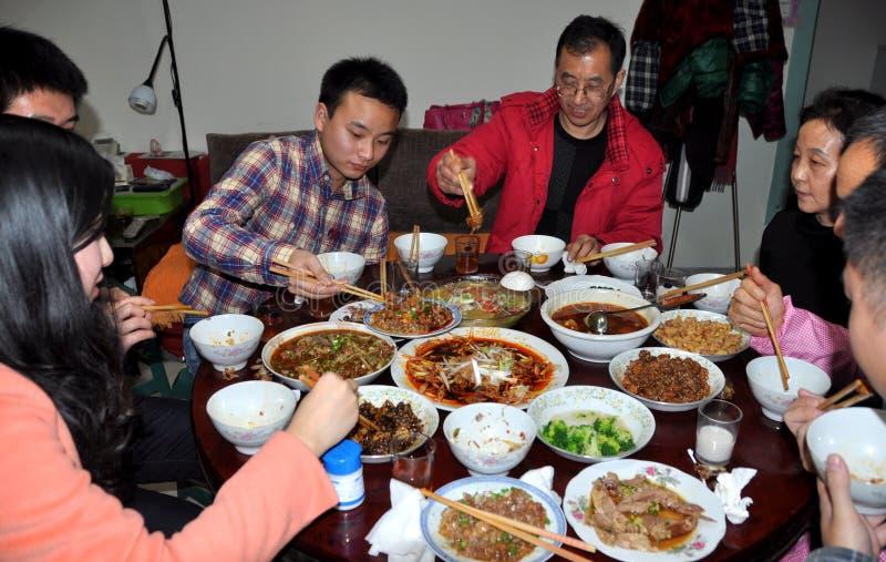 Pengzhou Kina: Familjmatställeparti på det kinesiska nya året arkivbild