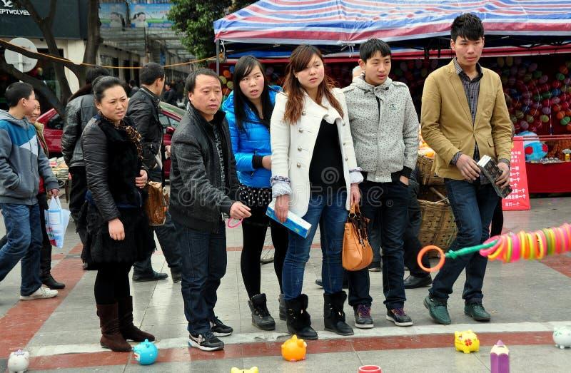Pengzhou Kina: Kinesiskt leka ringer dugg royaltyfri foto