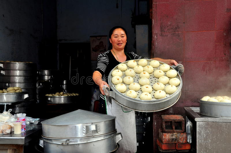 Pengzhou Kina: Kvinna med ångade Bao Zi Dumplings