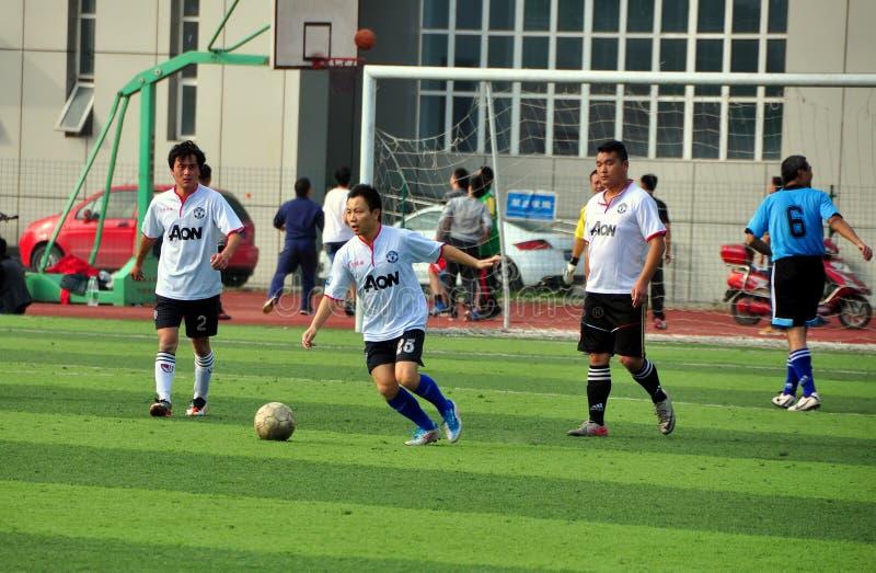 Pengzhou Kina: Män som spelar fotboll royaltyfria foton