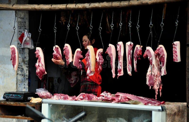 Pengzhou Kina: Pork hakar på på slaktare shoppar royaltyfria bilder