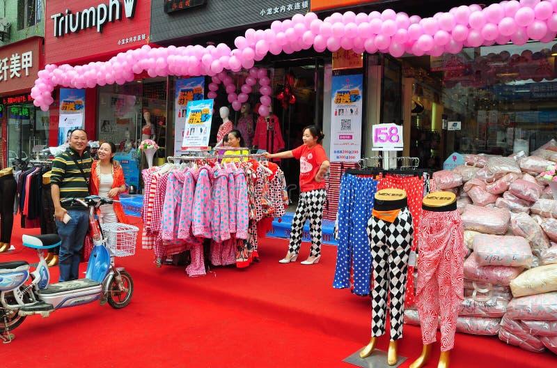 Pengzhou Kina: Storslagen öppning för klädlager arkivfoto