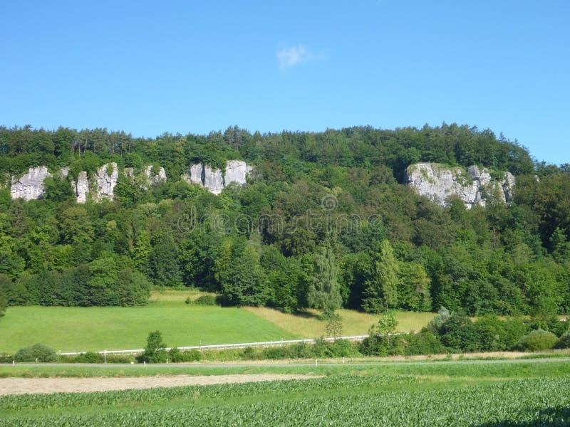 Penhasco alto da pedra calcária em uma paisagem verde foto de stock royalty free