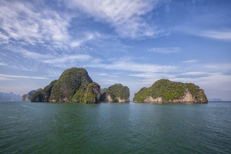 Penhasco alto na ilha tropical Paisagem tropical exótica imagem de stock royalty free