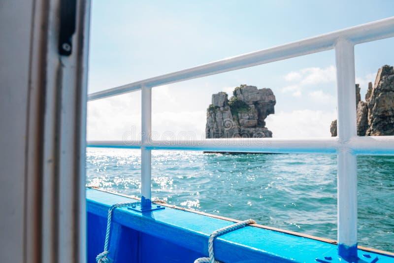 Penhasco da ilha do mar e do Haegeumgang do barco do cruzeiro em Geoje, Coreia fotografia de stock royalty free