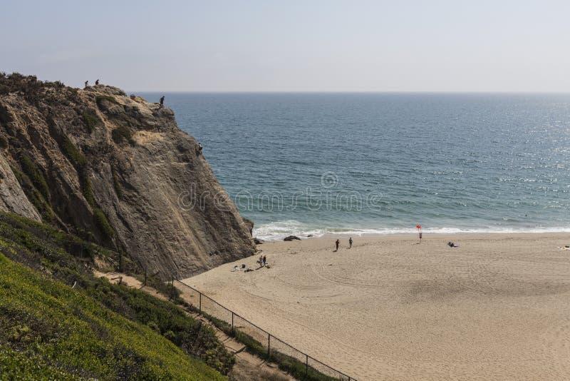 Penhasco de Dume do ponto na praia na direção ocidental em Malibu Califórnia foto de stock