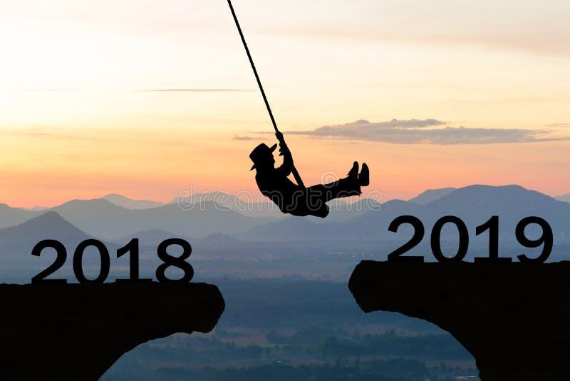 Penhasco 2019 do salto da corda da mulher do ano novo feliz fotografia de stock