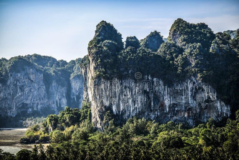 Penhasco em uma praia de Railey, Krabi da pedra calcária em Tailândia imagem de stock royalty free