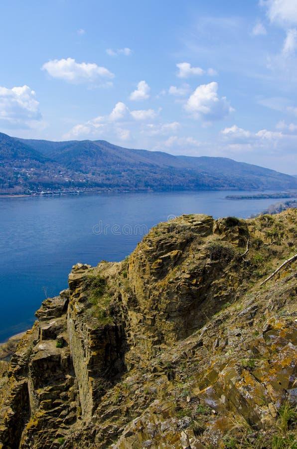 Penhasco no Rio Ienissei, Krasnoyarsk R?ssia - fundo da natureza e do curso imagem de stock