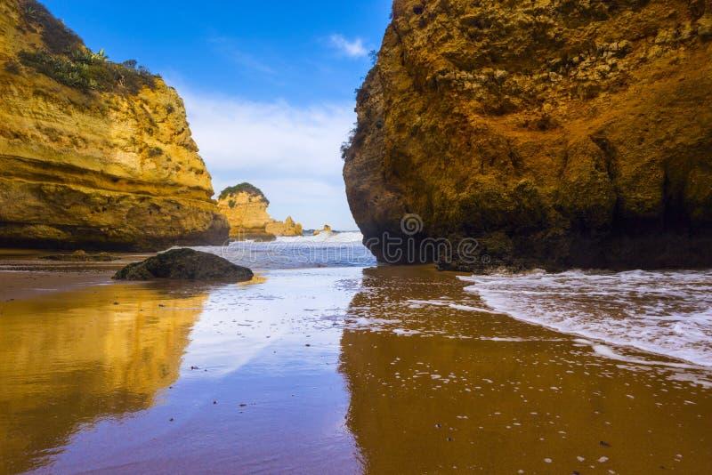 Penhasco rochoso do Praia Dona Ana em Lagos, Portugal imagem de stock