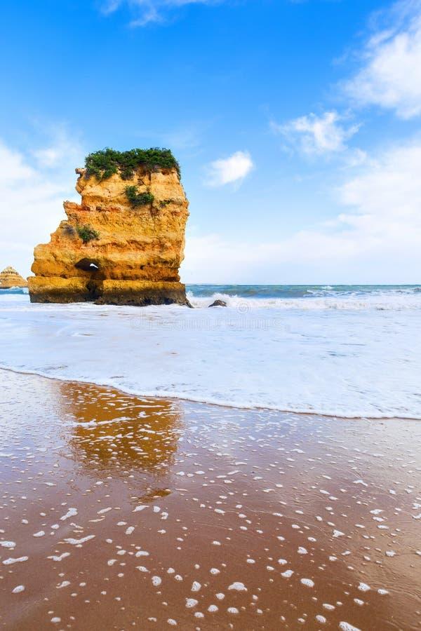 Penhasco rochoso do Praia Dona Ana em Lagos, Portugal imagem de stock royalty free
