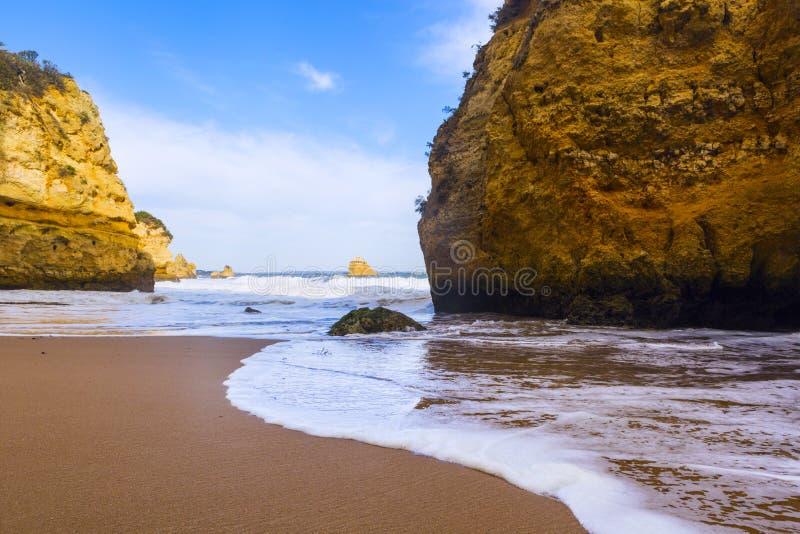 Penhasco rochoso do Praia Dona Ana em Lagos, Portugal imagens de stock