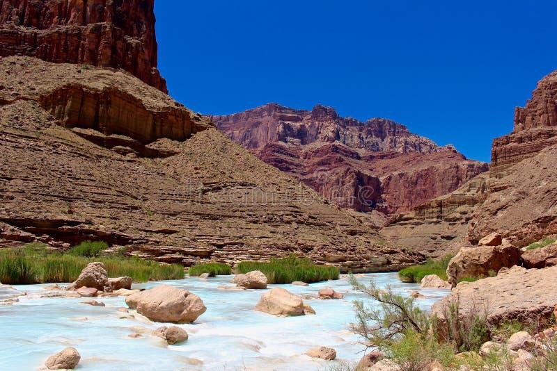 Penhascos acima da água azul do Little Colorado River foto de stock