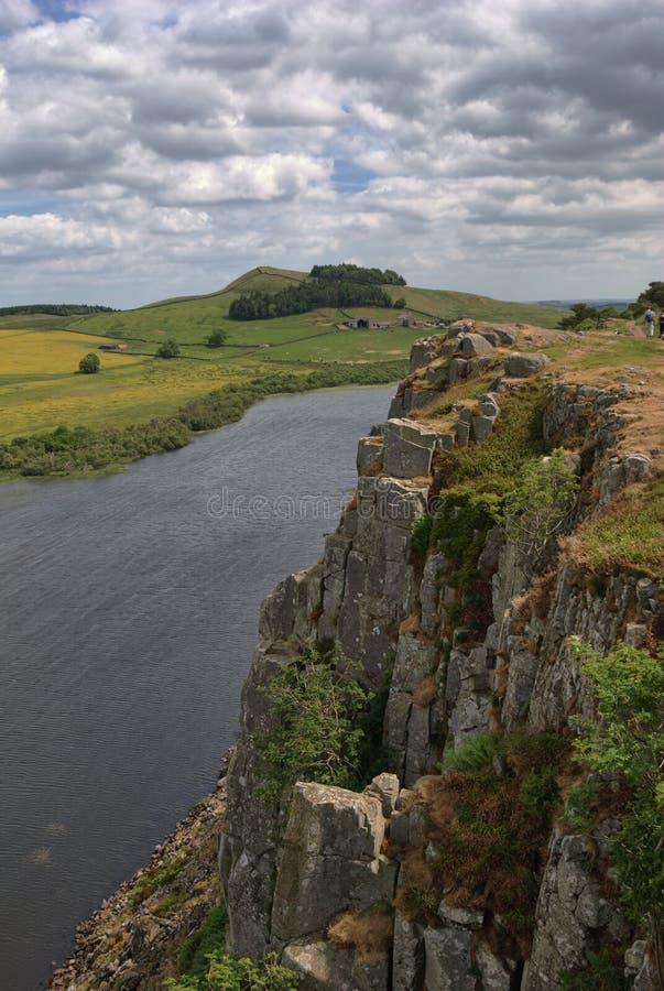 Penhascos acima do Lough do Crag imagens de stock royalty free
