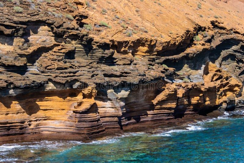 Penhascos alaranjados espetaculares e o oceano - imagem fotos de stock
