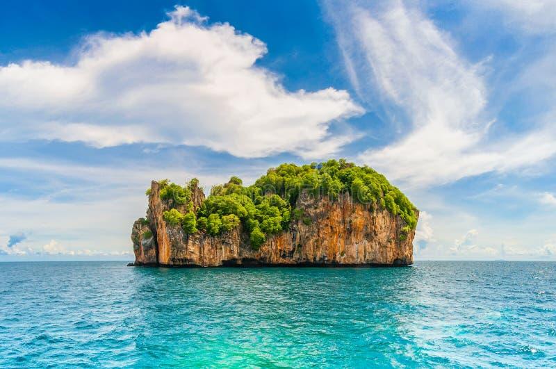 Penhascos altos na ilha tropical. imagem de stock royalty free
