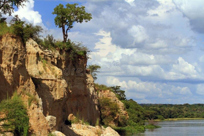Penhascos ao longo do Nilo do rio no parque nacional de Murchison Falls foto de stock royalty free