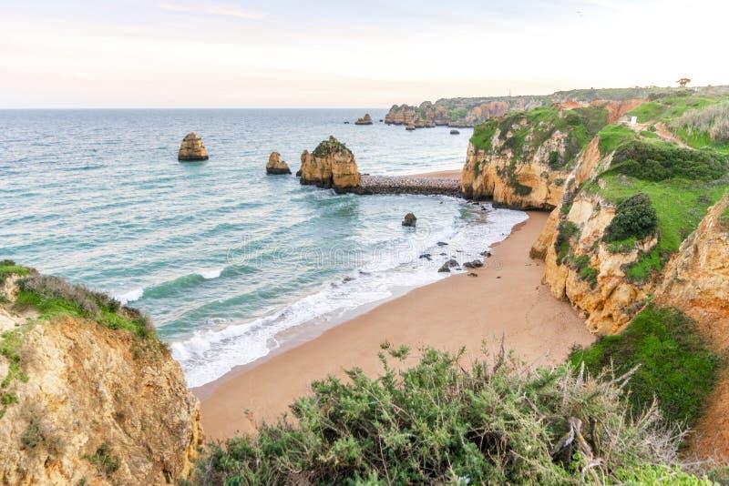 Penhascos bonitos na praia de Pinhao, Lagos, Portugal imagens de stock royalty free
