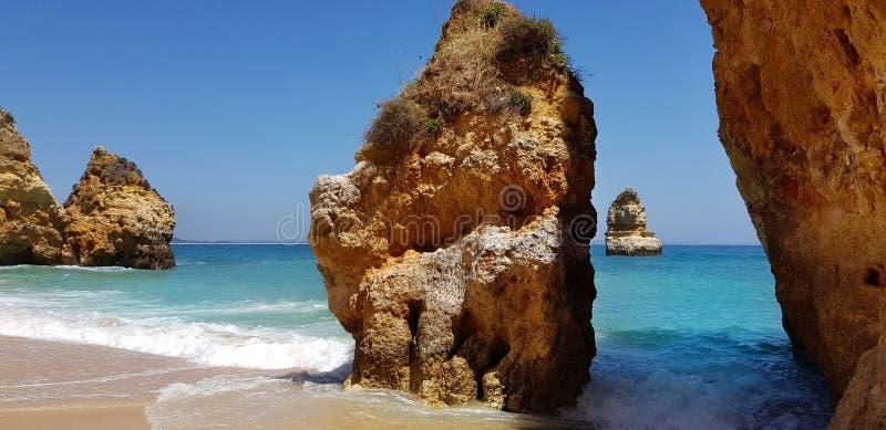 Penhascos bonitos na turquesa Oceano Atlântico perto do Praia Dona Ana da praia, Lagos, Portugal imagens de stock