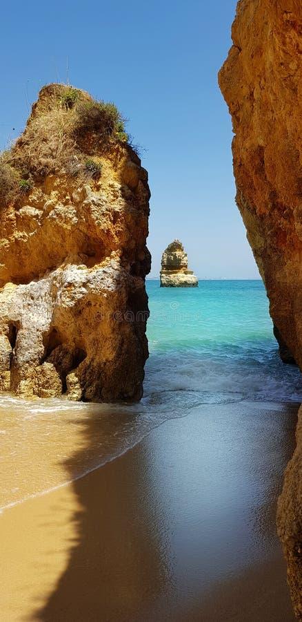 Penhascos bonitos na turquesa Oceano Atlântico perto do Praia Dona Ana da praia, Lagos, Portugal imagem de stock royalty free
